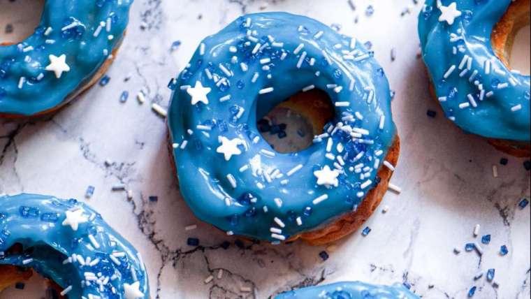 Glutenfreie Donuts mit blauer Pudding-Glasur